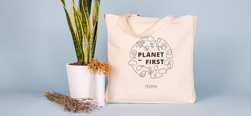 Transmite los valores Freshly por el mundo con la Tote Bag Planet First